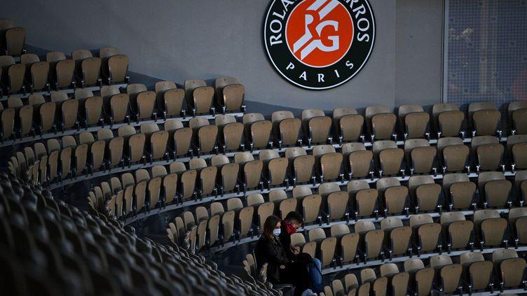 Des spectateurs assis dans les tribunes du court Philippe Chatrier à Roland-Garros, le 30 septembre 2020 (photo d'illustration). (ANNE-CHRISTINE POUJOULAT / AFP)