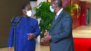 L'opposant ivoirien Henri Konan Bédié (à gauche) et le président Alassane Ouattara discutent le 11 novembre 2020 après une rencontreà Abidjan, la capitale économique de la Côte d'Ivoire. (ISSOUF SANOGO / AFP)