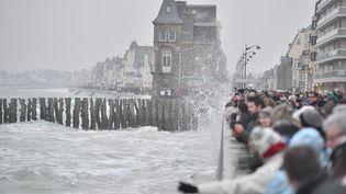 Les touristes admirent la grande marée à Saint-Malo (Ille-et-Vilaine), le 21 mars 2015. (CITIZENSIDE / KEVIN NIGLAUT / AFP)