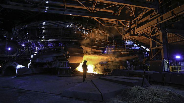 Un employé dans l'usine du groupe de sidérurgieBritish Steel à Scunthorpe (Royaume-Uni), le 29 septembre 2016. (LINDSEY PARNABY / AFP)