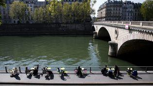 Une terrasse en bord de Seine à Paris, le 7 avril 2017. (MAXPPP)