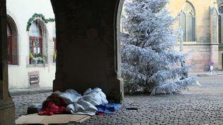 Deux sans-abri dorment sur des carton, dans le centre-ville de Colmar (Haut-Rhin), le 8 décembre 2017. (MAXPPP)