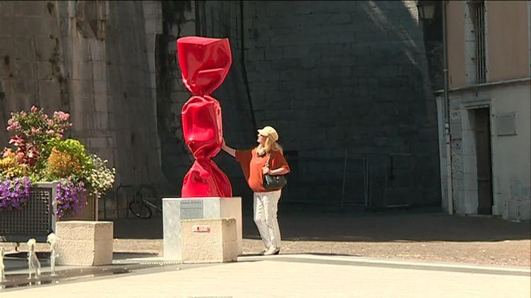 L'une des sculptures Bonbon de Laurence Jenkell dans les rues de Chambéry (France 3 Alpes C. Deville)
