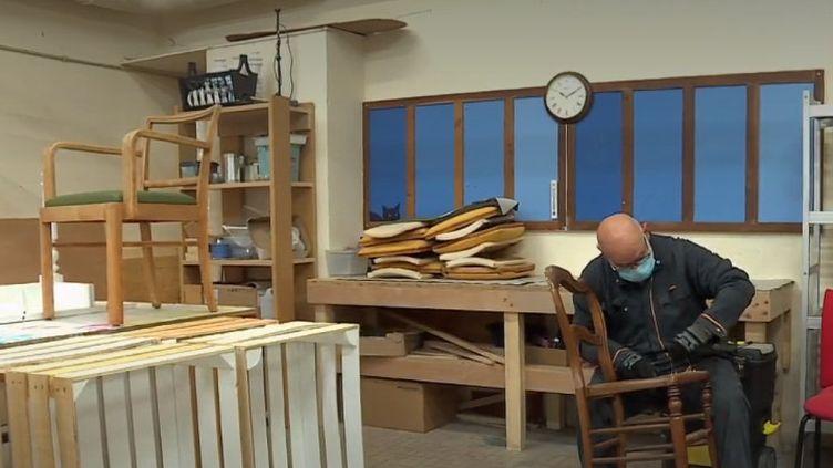 En Haute-Marne, des travailleurs en situation de handicap donnent une seconde vie aux meubles abimés ou démodés, avant de les revendre. (CAPTURE ECRAN FRANCE 3)