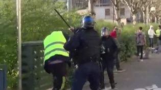 """Samedi 30 mars à Besançon, lors de manifestations de """"gilets jaunes"""", une vidéo montre un policier asséner un coup de matraque à un manifestant qui se revendique pacifique. (FRANCE 3)"""