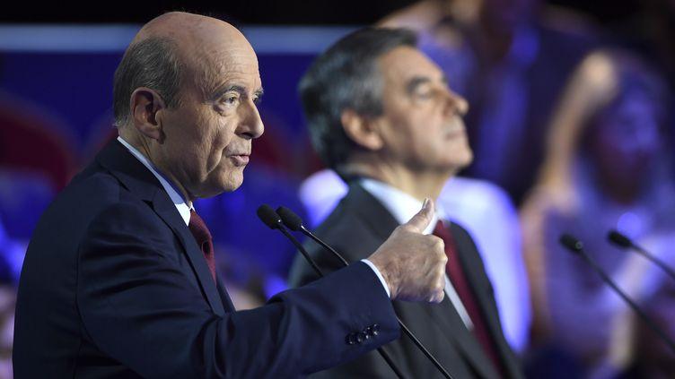 Alain Juppé et François Fillon, lors du deuxième débat de la primaire à droite, salle Wagram à Paris, le 3 novembre 2016. (ERIC FEFERBERG / AFP)