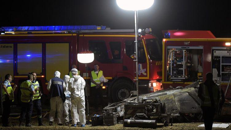 Des pompiers sur les lieux de l'accident dans lequel sont morts cinq enfants sur l'A7, près d'Albon (Drôme), le 20 juillet 2020. (OLIVIER CHASSIGNOLE / AFP)