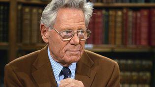 Le théologien Hans Küng s'entretient avec un journaliste, le 7 novembre 2006 à Paris. (JOEL SAGET / AFP)