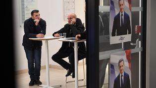 Des supporters de Nicolas Sarkozy dans son QG, au soir du premier tour de la primaire à droite, dimanche 20 novembre 2016. (ERIC FEFERBERG / AFP)