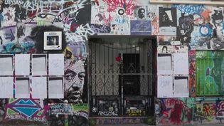 Il y a 30 ans, jour pour jour, Serge Gainsbourg disparaissait. De nombreux fans lui ont rendu hommage mardi 2 mars, devant son domicile, rue de Verneuil, à Paris. C'est ici qu'il a poussé son dernier soupir. Sa fille, Charlotte, espère en faire un musée.  (France 3)