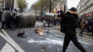 Des CRS face auxmanifestants, le 1er avril 2016, à Paris. (CITIZENSIDE/THOMAS HELARD / AFP)