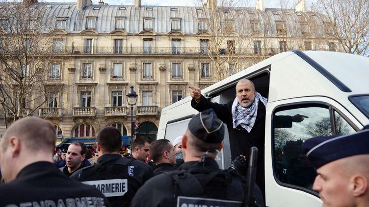 Abdelhakim Sefrioui, arrêté, dans un véhicule des forces de l'ordre le 29 décembre 2012 à Paris.  (MIGUEL MEDINA / AFP)