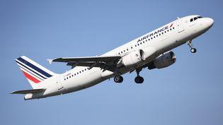 Un avion d'Air France en train de décoller à l'aéroport d'Orly. (ARNAUD JOURNOIS / MAXPPP)