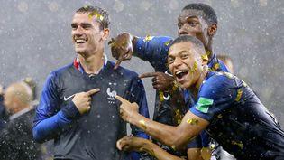 Antoine Griezmann, Paul Pogba et Kylian Mbappe pointent les deux étoiles sur le maillot le soir de la finale de Coupe du monde de football. (MAXPPP)