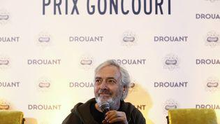 """Jean-Paul Dubois a reçu le prix Goncourt 2019 pour """"Tous les hommes n'habitent pas le monde de la même façon"""" (L'Olivier), chez Drouant à Paris, le 4 novembre 2019 (OLIVIER CORSAN / MAXPPP)"""