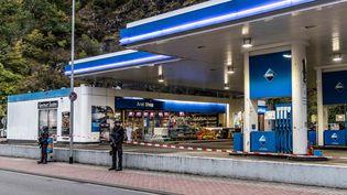 La police intervient après le meurtre d'un employé d'une station-service par un client qui refusait de porter un masque, le 19 septembre 2021, àIdar-Oberstein (Rhénanie-Palatinat, Allemagne). (CHRISTIAN SCHULZ / FOTO HOSSER / AFP)