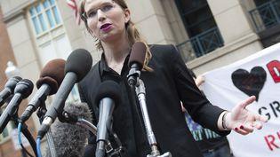 L'ancienne analyste militaire Chelsea Manning parle à la presse le 16 mai 2019 avant l'audience devant un tribunal d'Alexandria, près de Washington (Etats-Unis). (ERIC BARADAT / AFP)