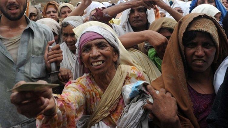 Des survivants font la queue pour de la nourriture 03/08/10 (AFP A. Majeed)