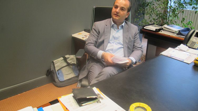 Le maire FN de Fréjus (Var), David Rachline, le 15 septembre 2014, dans son bureau. (ARIANE NICOLAS / FRANCETV INFO)