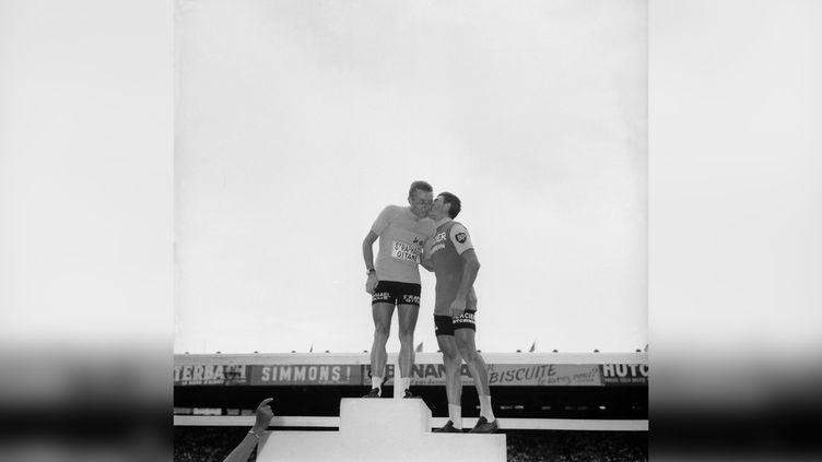 Jacques Anquetil sur le podium du Tour de France 1964, au Parc des Princes, félicité par Raymond Poulidor. (GAMMA-KEYSTONE VIA GETTY IMAGES)