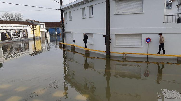 La rue Fromentin, à deux pas du centre-ville de Saintes (Charente-Maritime), est coupée par les eaux le 4 février 2021. (JULIEN FLEURY / RADIO FRANCE)