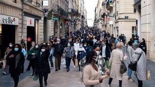 Une rue passante à Bordeaux, le 28 octobre 2020 en Gironde. (VALENTINO BELLONI / AFP)