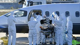 Un patient infecté par le coronavirus évacué par avion à l'aéroport de Nîmes le 27 octobre 2020. (PASCAL GUYOT / AFP)