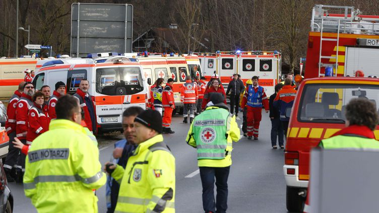 Les secours sont déployés après la collision de deux trains à Bad Aibling, en Allemagne, le 9 février 2016. (MATTHIAS SCHRADER / AP / SIPA)