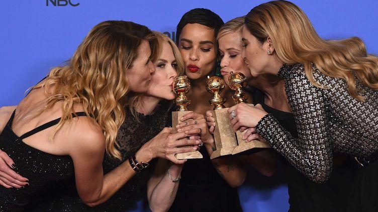 """De gauche à droite : les actrices Laura Dern, Nicole Kidman, Zoe Kravitz, Reese Witherspoon et Shailene Woodley, récompensées pour la série """"Big Little Lies"""", grande gagnante des Golden Globes.  (Jordan Strauss/AP/SIPA)"""