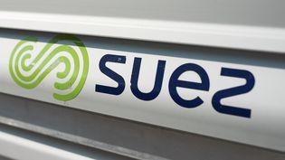 Le logo de Suez, le 18 septembre 2020, à Paris. (JULIE SEBADELHA / HANS LUCAS / AFP)