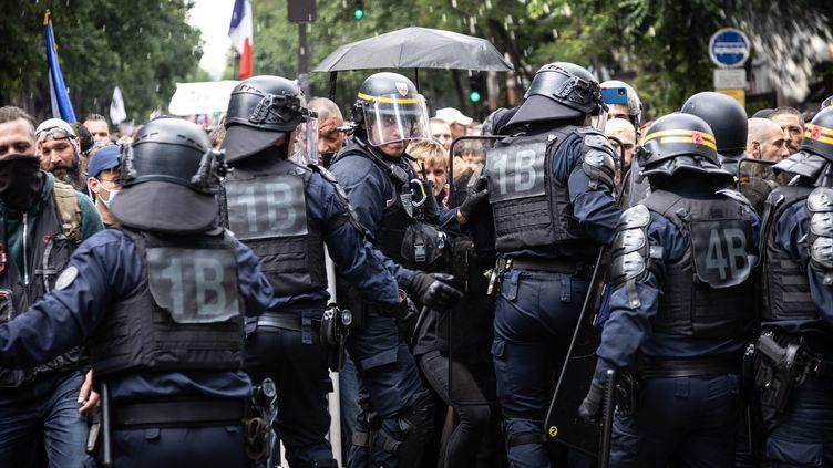 Des policiers en intervention lors d'une manifestation contre le pass sanitaire à Paris, le 31 juillet 2021. (SADAK SOUICI / LE PICTORIUM / MAXPPP)