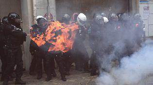 """Un engin incendiaire explose devant des policiers lors de la manifestation contre la proposition de loi sur la """"sécurité globale"""", à Paris, le 5 décembre 2020. (ANNE-CHRISTINE POUJOULAT / AFP)"""