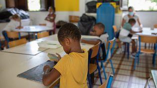 9 septembre 2021. La rentrée scolaire a été repoussée au 13 septembre aux Antilles. L'école Laurence Marie Madeleine au quartier Morne-Vert à Ducos, en Martinique, est l'un des établissements mis à disposition pour les enfants des personnels indispensables depuis le 3 septembre. Ils sont accueillis pas des enseignants volontaires. (FANNY FONTAN / HANS LUCAS / AFP)