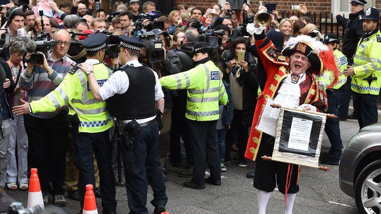 Un faux crieur public annonce la naissance du second enfant du prince William et de la duchesse Kate, le 2 mai 2015 à Londres. (MAXPPP)