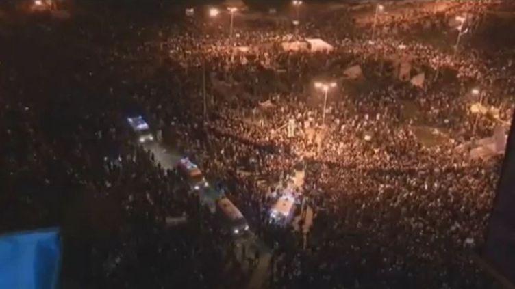 20 000 personnes étaient rassemblée place Tahrir en Egypte dans la nuit du 21 au 22 novembre 2011 pour réclamer le départ du régime militaire. (APTN)
