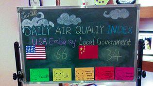 L'indice de la qualité de l'air affiché le 21 janvier 2014 à l'entrée de l'école Eton Kindergarten de Pékin (Chine). (THOMAS BAIETTO / FRANCETV INFO)