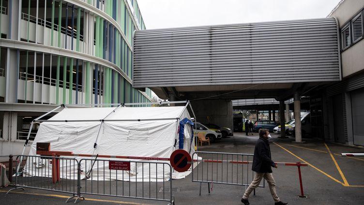 Une tente installée à l'entrée de l'hôpital Henri-Mondor à Créteil (Val-de-Marne) pour examiner les personnes souffrant des symptômes duCovid-19, le 6 mars 2020. (THOMAS SAMSON / AFP)