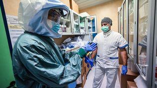 Deux membres du personnel soignant dans un hôpital de Rome, en Italie, mercredi 8 avril 2020. (ANDREAS SOLARO / AFP)