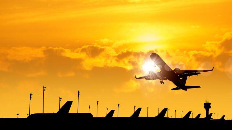 Le trafic aérien revu à la baisse par IATA, à 43% de son niveau d'avant la crise sanitaire, contre 51% prévu en décembre 2020. (SADIK DEMIROZ / GETTY IMAGES)