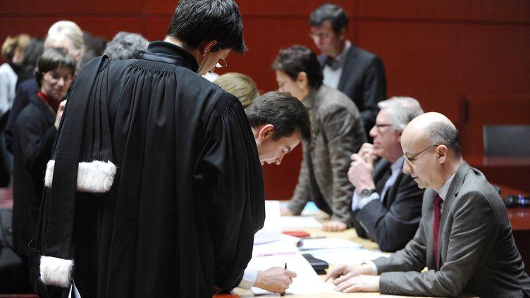 Des magistrats signent une feuille de présence (illustration). (JEAN-SEBASTIEN EVRARD / AFP)