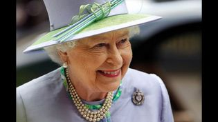 Le styliste de sa majesté se doit aussi d'être britannique. Le premier d'entre eux, Norman Hartnell, a réalisé sa robe de mariage (1947) et celle de son couronnement (1953). Il a signé des robes du soir romantiques dans les années 50 avec d'amples jupes de soie et satin, plus près du corps dans les années 60.  (AFP)