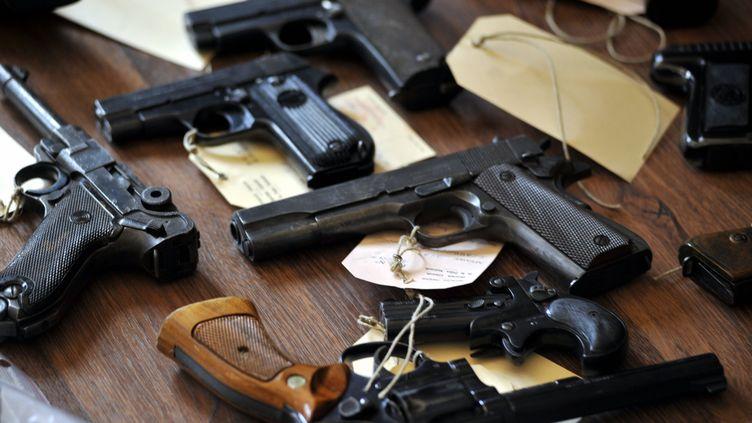 Armes saisies lors d'une perquisition à Perpignan (Pyrénées-Orientales), le 14 mai 2010. (FREDERIC VENNARECCI / L'INDEPENDANT / MAXPPP)
