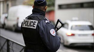 Un policier à Paris, en décembre 2017. (LUC NOBOUT / MAXPPP)