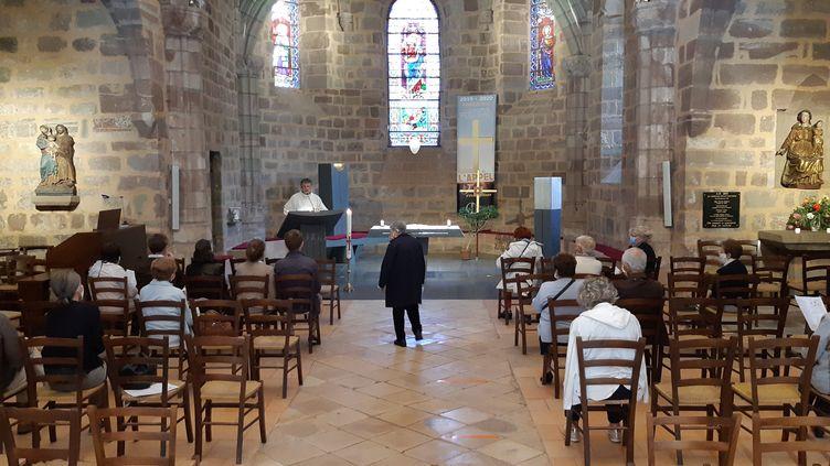 Une messe célébrée dans l'église d'Objat, en mai 2020. (NICOLAS BLANZAT / FRANCE-BLEU LIMOUSIN)