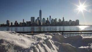 La température oscillait toujours autour de zéro, mais le soleil a pu aider à faire oublier les presque 70 cm de neige tombés en 24 heures sur New York. (KENA BETANCUR / AFP)