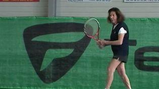 À 95 ans, Hélène Salvetat joue au tennis, s'entraîne deux fois par semaine et participe même à des tournois. (FRANCE 2)