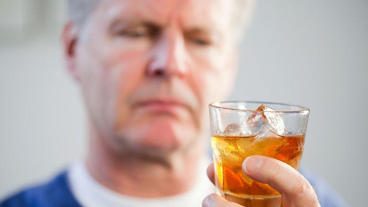 Selon une étude signée par deux addictologues, les hospitalisations dues à l'alcool ont bondi de 30% en trois ans en France. (IMAGE SOURCE / GETTY IMAGES)