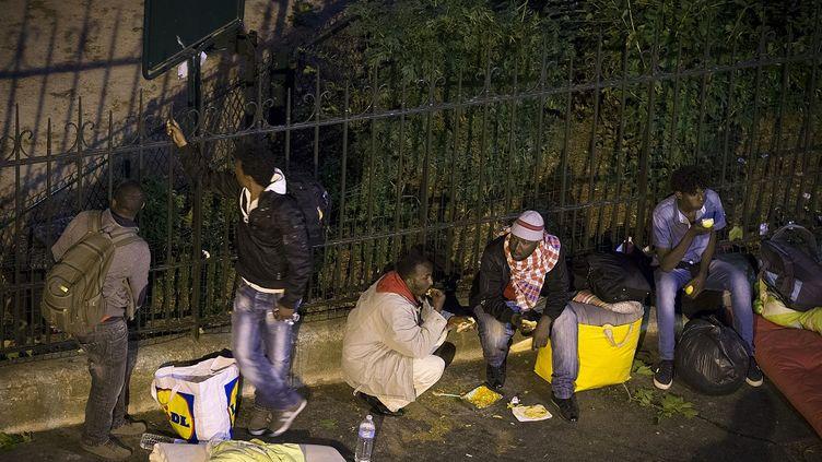 Des migrants se préparent à dormir place de la Chapelle à Paris, lundi 8 juin 2015. (JOEL SAGET / AFP)