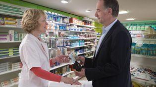 Un client paie ses médicaments dans une pharmacie. (CHASSENET / AFP)