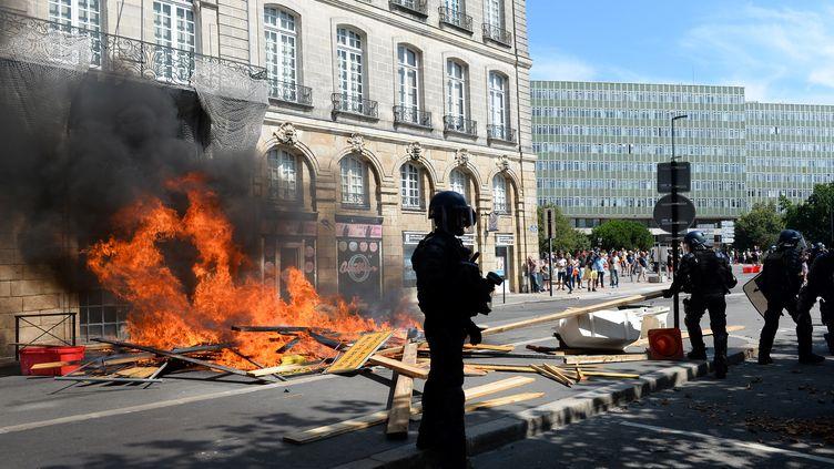 La police lors d'un rassemblement en mémoire à Steve Maia Caniço, à Nantes (Loire-Atlantique), le 3 août 2019. (JEAN-FRANCOIS MONIER / AFP)